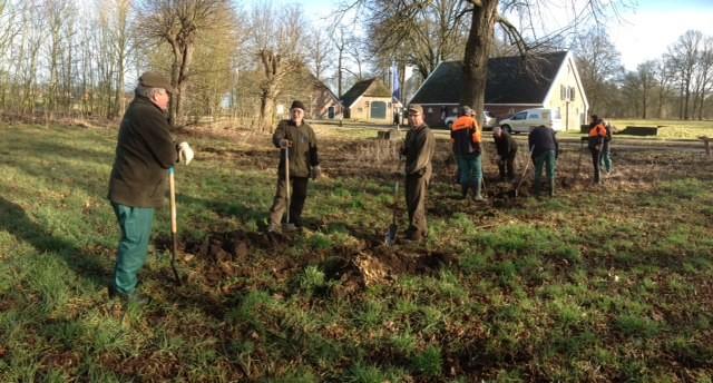 Vrijwilligers van Vereniging Natuurmonumenten graven rond de genoemde lindes om mogelijke restanten van de herberg te vinden: er is niets noemenswaardigs gevonden! (2015)