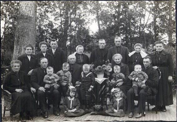 1943: Viering 40-jarig huwelijk A.Diepman en W.Klein Hofmeijer Arnold Diepman sr. was tweemaal gehuwd: eerst met Anna Klomp (1868-1907) en vervolgens met Wilhelmina Klein Hofmeijer ( 1882-1949).