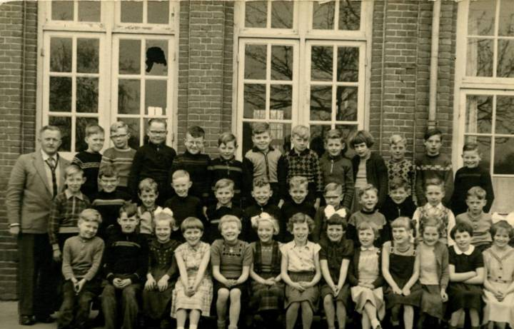 De klas met meester Aben als onderwijzer. Bert Landeweerd is in de bovenste rij de zesde leerling van linksaf.
