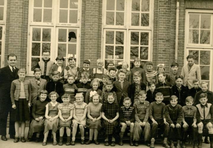 De klas van meester Loo poseert voor de fotograaf. Jan zit helemaal rechts op de onderste rij.
