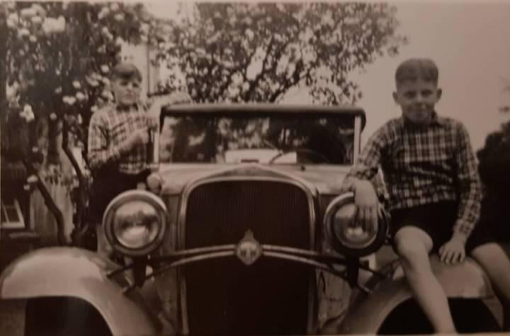 Jan (l) en Bert (r) zitten maar al te graag op de fraaie auto van Pim van Heek.